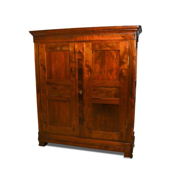 ANTIK SHOP Biedermeier Schrank Biedermeier, um 1820 Nußbaum, Schellack handpoliert B: 187 cm T: 60 cm H: 210 cm zerlegbarer Biedermeierschrank aus Nußbaum. 12-Kassettiger Aufbau.