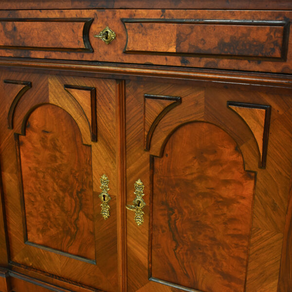 ANTIK SHOP Gründerzeit Anrichte Gründerzeit, um 1880 Nußbaum, mattiert B: 90 cm T: 51 cm H: 89 cm Gründerzeitanrichte aus Nußbaum.