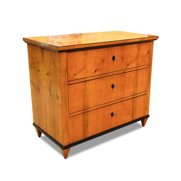 ANTIK SHOP Biedermeier Kommode Biedermeier, um 1840 Kirschbaum, Schellack handpoliert B: 98 cm T: 53 cm H: 85 cm Biedermeierkommode aus Kirschbaum.