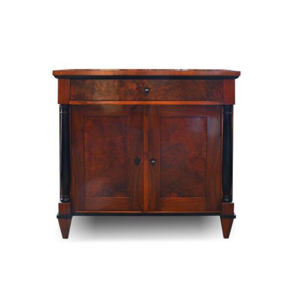 ANTIK SHOP Biedermeier Anrichte Biedermeier, um 1840 Nußbaum, Schellack handpoliert B: 88 cm T: 47 cm H: 84 cm Biedermeier Anrichte aus Nußbaum auf Nadelholz furniert.a