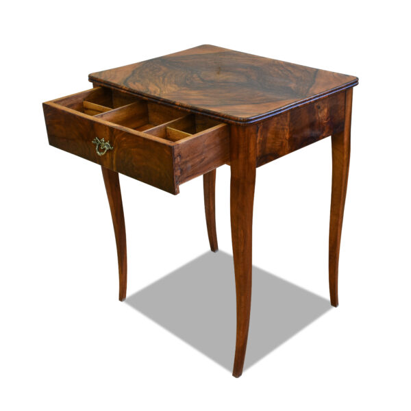 ANTIK SHOP Biedermeier Tisch Biedermeier, um 1850 Nußbaum, Schellack handpoliert B: 59 cm T: 47 cm H: 74 cm Biedermeiertischchen aus Nußbaum.