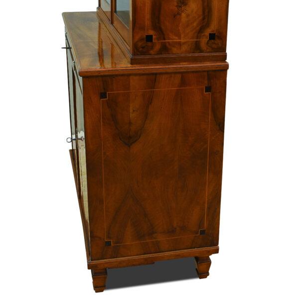 ANTIK SHOP Louis Seize Aufsatz-Vitirine Louis Seize, um 1760 Nußbaum, Schellack handpoliert B: 94 cm T: 46 cm H: 177 cm zweiteliges Aufsatzmöbel aus der Zeit des Louis Seize. Nußbaum auf Weichholz furniert.