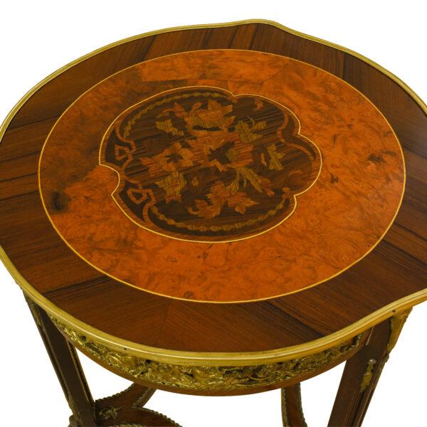 ANTIK SHOP Empire Tisch Empire II. Zeit, um 1880 Nußbaum, Schellack handpoliert B: 50 cm T: 50 cm H: 86 cm eleganter Tisch im Empire Stil. Gefertigt aus verschiedenen Edelhözern mit vergoldeten Messingapplikationen verziert.