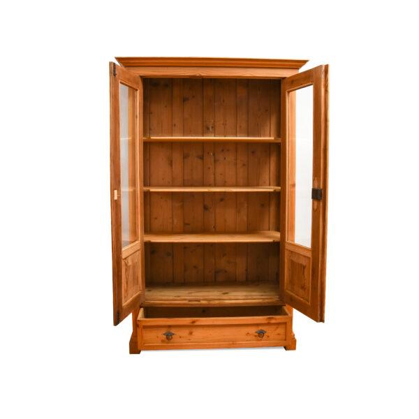 ANTIK SHOP Biedermeier Vitrine Biedermeier, um 1840 Kiefer, biologisch gewachst B: 119 cm T: 55 cm H: 187 cm dreiseitig verglaste Biedermeiervitrine aus Weichholz mit einer Schublade.