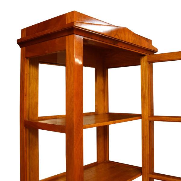 ANTIK SHOP Biedermeier Stil Vitrine Biedermeier Stil, um 1900 Kirschbaum, handpoliert B: 64 cm T: 37 cm H: 180 cm traditionell gefertigte Biedermeier Vitrine aus Kirschbaum