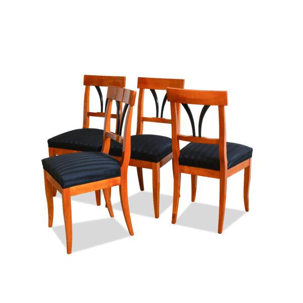 ANTIK SHOP Biedermeier Stil Stuhl Biedermeier Stil, um 1900 Kirschbaum bzw. Nußbaum, hochglänzend lackiert B: 43 cm T: 44 cm H: 95 cm