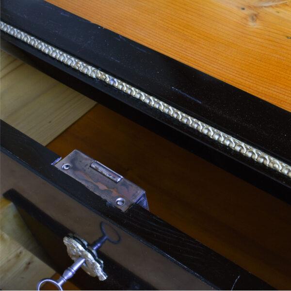ANTIK SHOP Biedermeier Stil Vitrine Biedermeier Stil, um 1900 Ahorn, ebonisiert B: 65 cm T: 40 cm H: 184 cm traditionell gefertigte Biedermeier Vitrine aus Massivholz