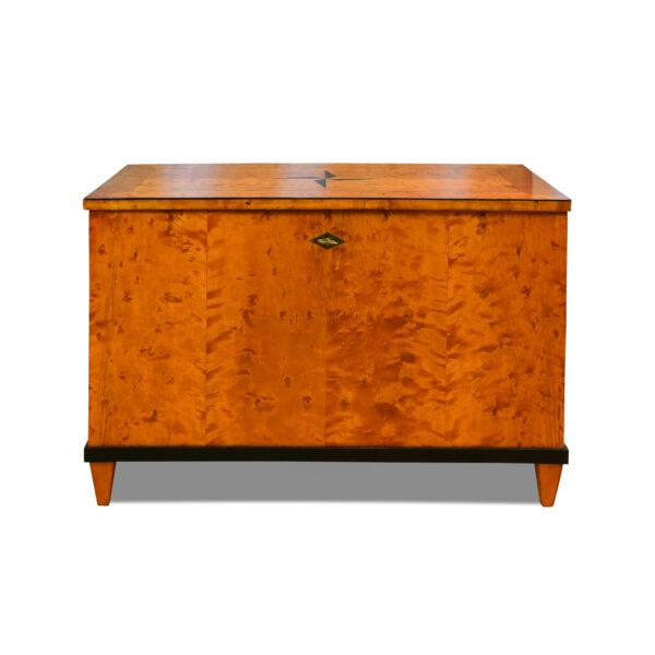 ANTIK SHOP Truhe Biedermeier Stil Biedermeier Stil, um 1900 Birke, mattiert B: 90 cm T: 50 cm H: 60 cm Traditionell gefertigte Biedermeiertruhe. Aus Kirschbaum, Birke oder Nußbaum.