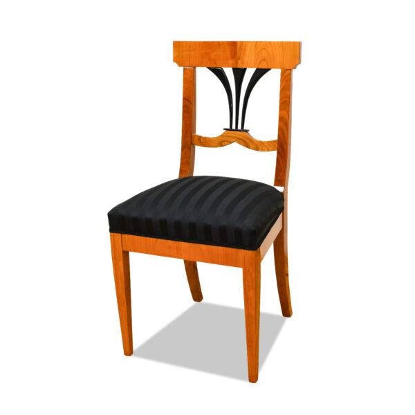 ANTIK SHOP Biedermeier Stil Stuhl Biedermeier Stil, um 1900 Kirschbaum bzw. Nußbaum, hochglänzend lackiert B: 45 cm T: 44 cm H: 93 cm